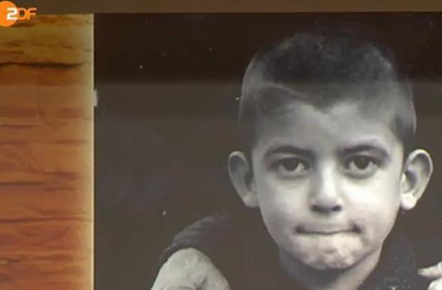 Από τη σάτιρα, στα δάκρυα: Το Δίστομο σε μία ταβέρνα στη γερμανική τηλεόραση