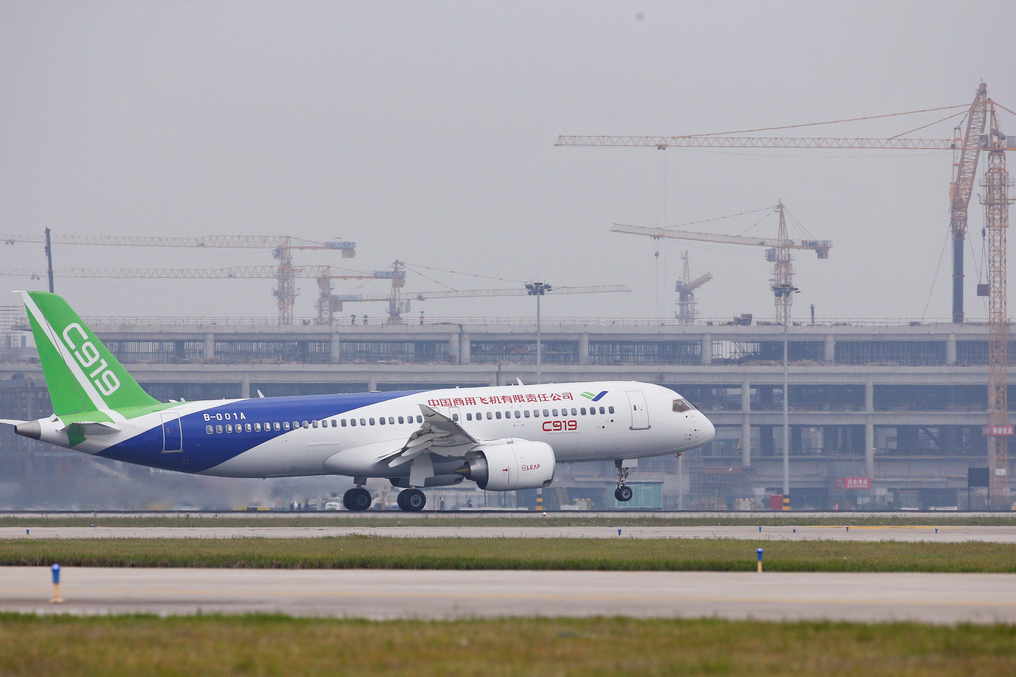 Άνοιξε τα φτερά του το πρώτο «Μade in China» επιβατικό αεροσκάφος