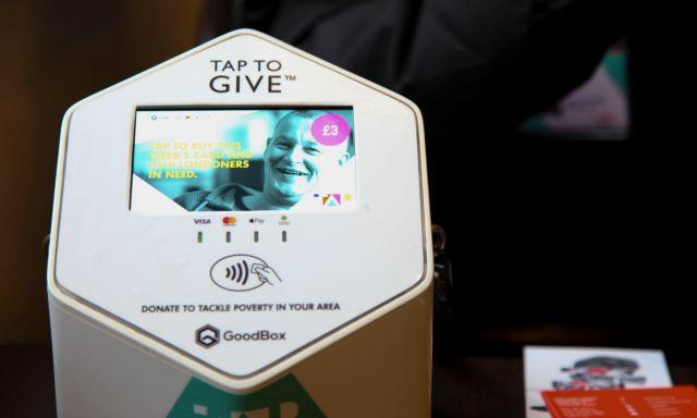 Το πλαστικό χρήμα αλλάζει τη ζωή των άστεγων