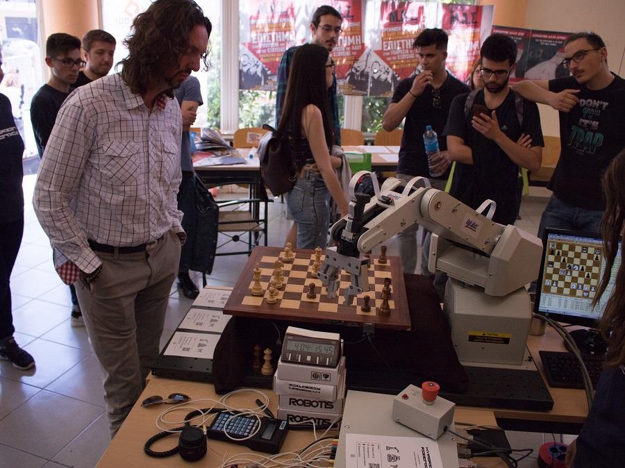 Cronus: Το ρομπότ που παίζει σκάκι