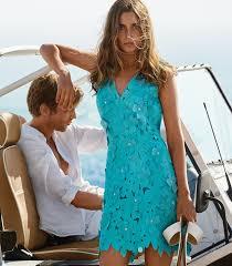 ecb3ec46f412 ... ενώ η καλλίγραμμη γυναίκα μπροστά του φοράει το ωραιότερο για το  καλοκαίρι τυρκουάζ φόρεμα
