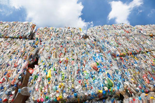 Δώδεκα εκατ. τόνοι πλαστικού κάθε χρόνο στους ωκεανούς της Γης