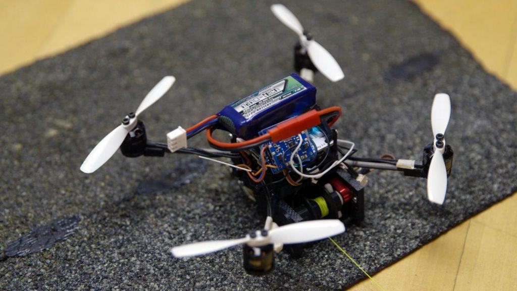 Μικρό ιπτάμενο ρομπότ ανοίγει χερούλια πόρτας για να περάσει