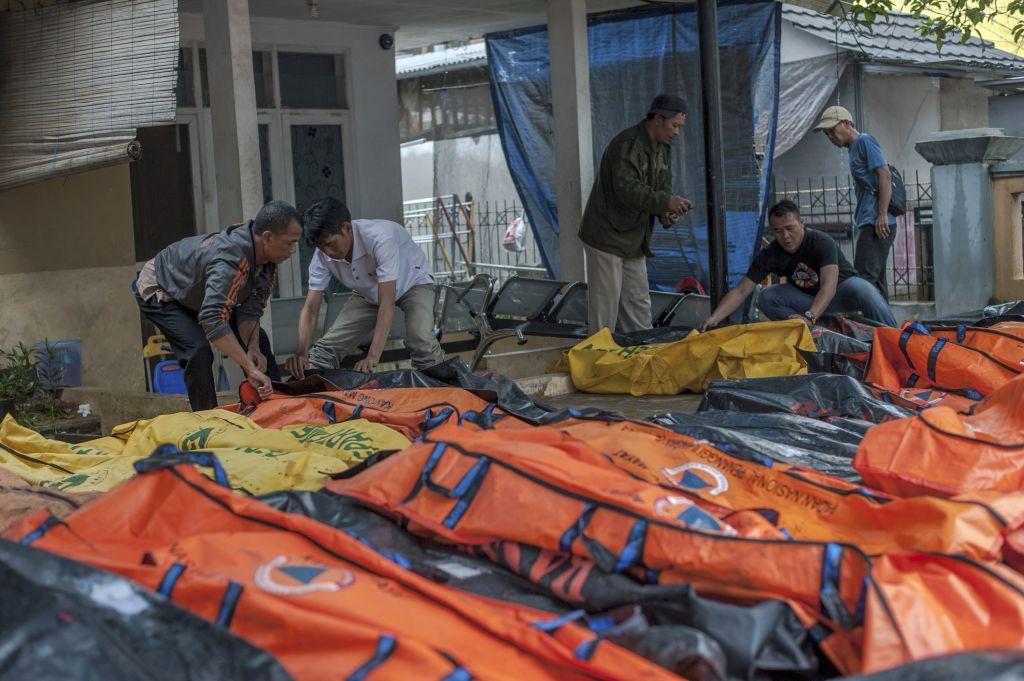 Τσουνάμι Ινδονησία : 222 νεκροί, 745 τραυματίες, εικόνες καταστροφής | in.gr