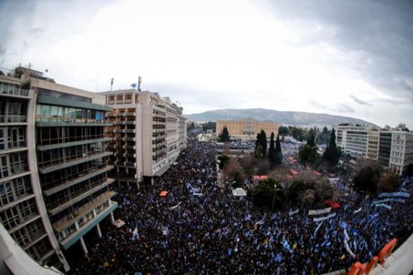 Σε εξέλιξη το συλλαλητήριο για τη Μακεδονία: Κοσμοσυρροή στο Σύνταγμα