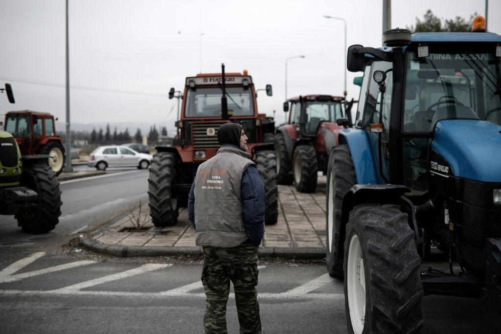 Ενισχύουν το μπλόκο της Νίκαιας οι αγρότες – Κομμένη στα δύο η χώρα | in.gr