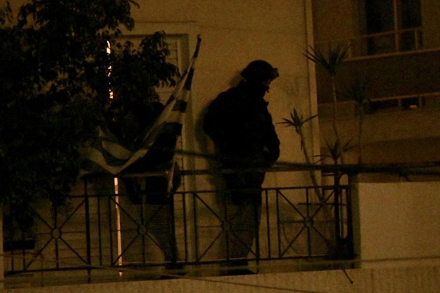 81a79e8fde3 Άγιος Δημήτριος: Επέμβαση της ΕΚΑΜ στο σπίτι του 60χρονου – Τέλος στο  θρίλερ [Εικόνες