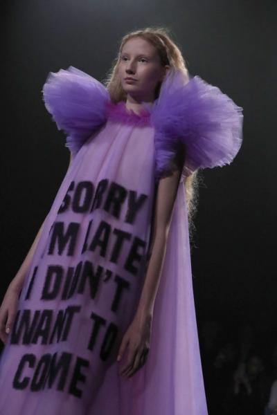 2aed3c869e2 Τα αυθάδη μηνύματα εμφανίστηκαν πάνω σε φορέματα που θύμιζαν τουαλέτες για χορό  αποφοίτησης της δεκαετίας του 1980.