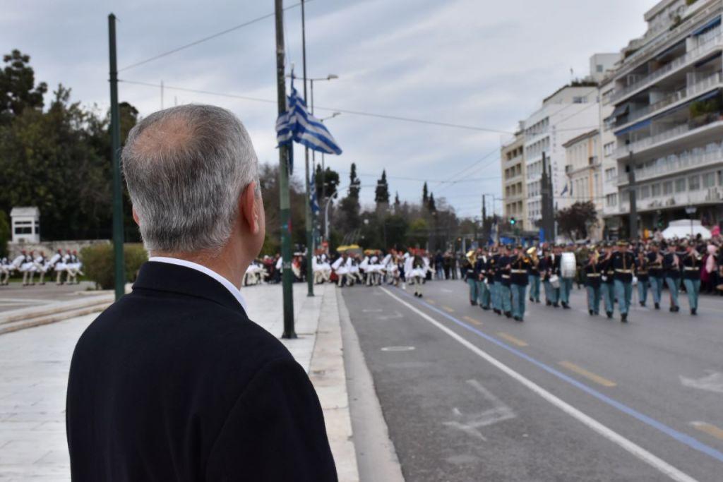 Συγκίνηση: Ο πατέρας του άτυχου Εύζωνα παρελαύνει δίπλα στην Προεδρική Φρουρά