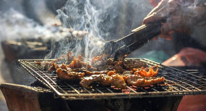 Τσικνοπέμπτη : Τι γιορτάζουμε σήμερα, γιατί τρώμε κρέας | in.gr
