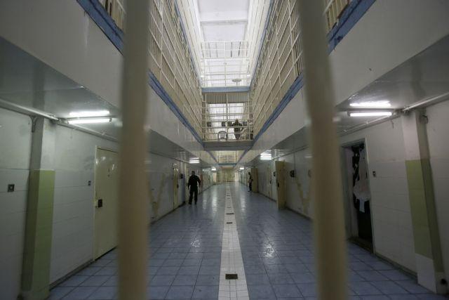 Αυτοσχέδια όπλα, κινητά τηλέφωνα και ναρκωτικά στις φυλακές Αυλώνα