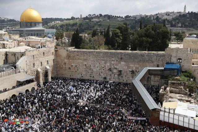Εβραϊκό Πάσχα: Προσευχή χιλιάδων πιστών στο Τείχος των Δακρύων