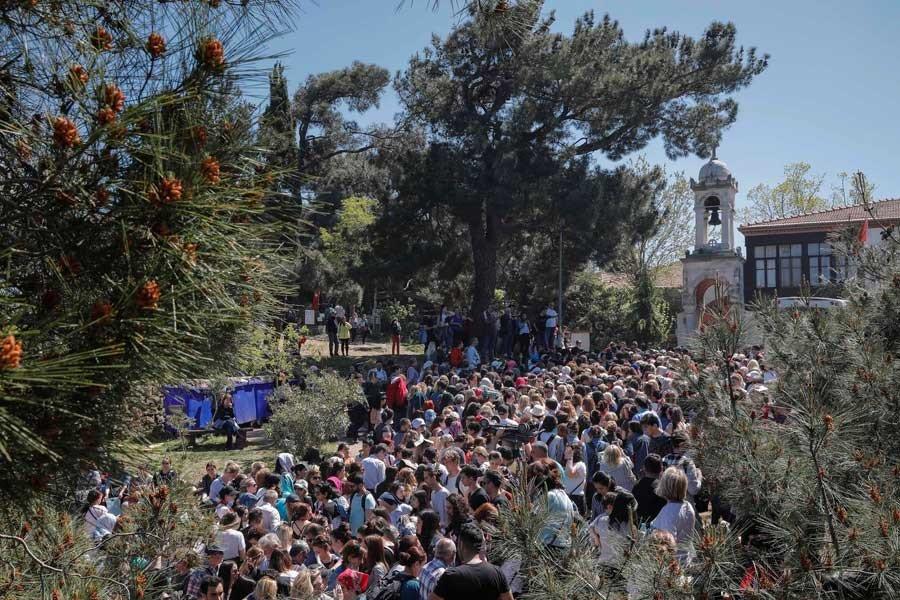 Αποτέλεσμα εικόνας για Χιλιάδες Τούρκοι έκαναν τάμα στον Άη Γιώργη της Πριγκήπου (Video)