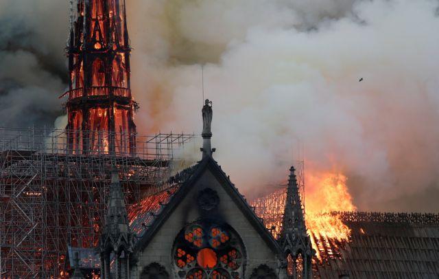 «Παναγία μου, τα πάντα καταρρέουν»: Συγκλονίζουν οι μαρτυρίες για την Notre Dame | in.gr