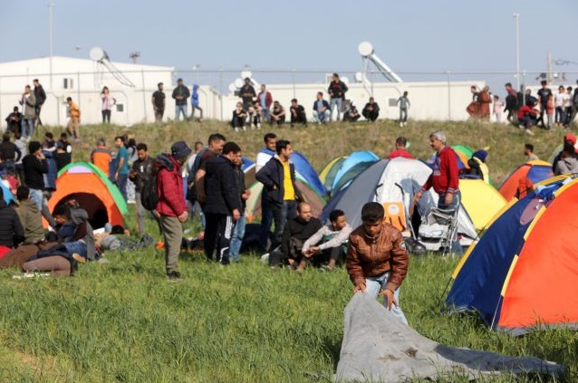 Ένταση στα Διαβατά: Πάνω από 500 πρόσφυγες έξω από το στρατόπεδο | in.gr