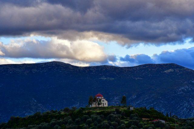 Άστατος ο καιρός: Πού αναμένονται βροχές και καταιγίδες τη Δευτέρα | in.gr