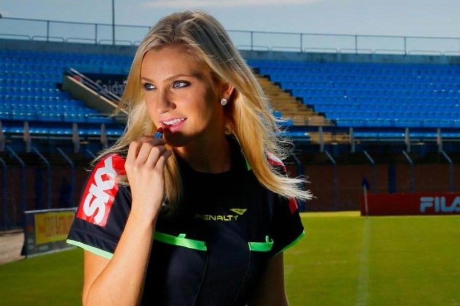 Αυτή είναι η πιο σέξι διαιτητής ποδοσφαίρου που έχεις δει…