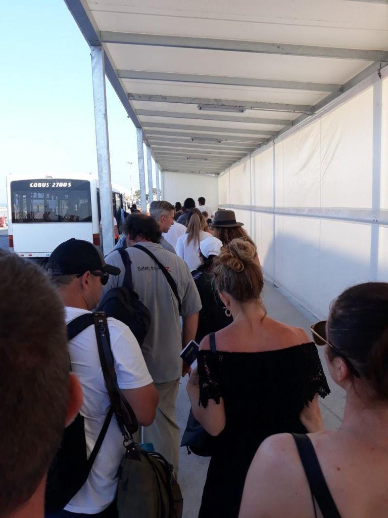 Χαμός και απίστευτη ταλαιπωρία στο αεροδρόμιο Σαντορίνης