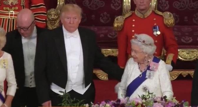 Έξαλλοι οι Άγγλοι: Ο Τραμπ έσπασε το πρωτόκολλο αγγίζοντας τη Βασίλισσα | in.gr