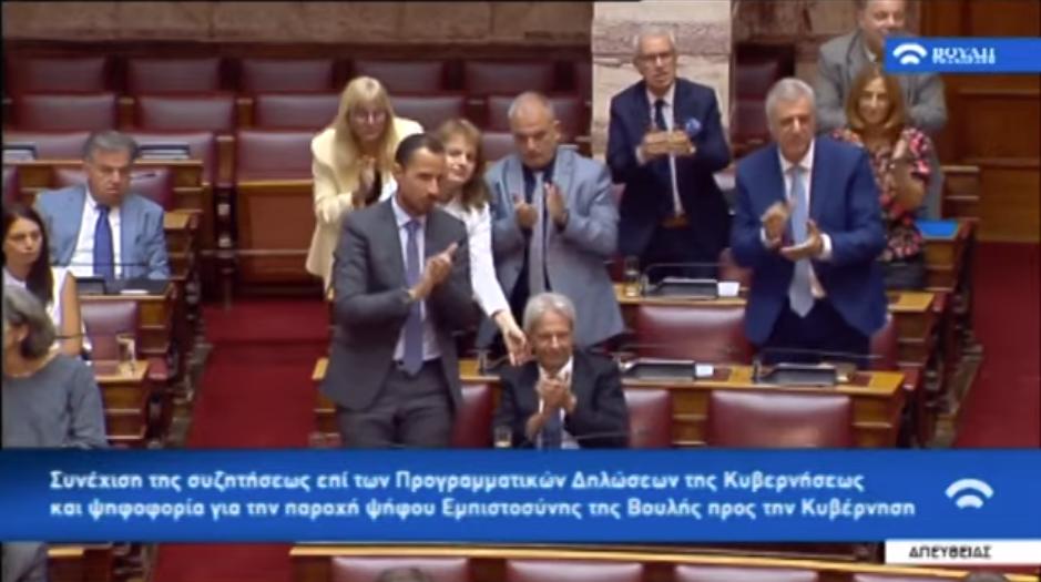 Το σκούντημα στον βουλευτή του Βελόπουλου για να χειροκροτήσει όρθιος! (Βίντεο)