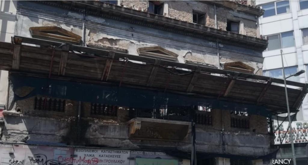 Η στιγμή που καταρρέει η πρόσοψη κτηρίου στην Ερμού, από τον σεισμό! (Βίντεο)