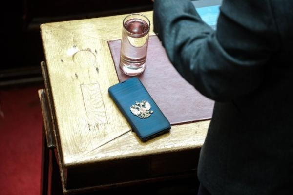 Δείτε την θήκη κινητού… σκέτη «υπερπαραγωγή» του Κυριάκου Βελόπουλου