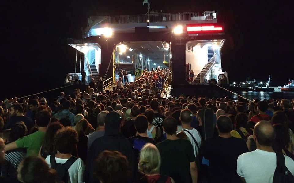 Σαμοθράκη: Τουρίστες «πολιόρκησαν» το πλοίο – Μεγάλη οικονομική ζημιά από τις ακυρώσεις