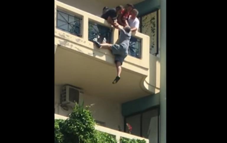 Ο Λοχίας έσπασε δύο πόρτες για να σώσει τον άντρα που κρεμόταν στο μπαλκόνι! (Βίντεο)