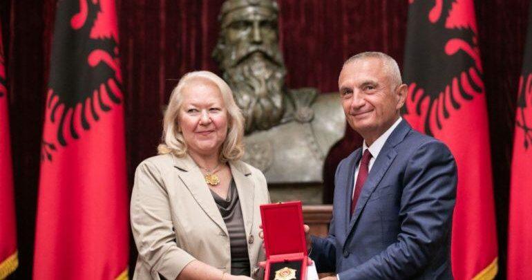 Προκαλούν οι Αλβανοτσάμηδες για την βράβευση της Ελληνίδας πρεσβευτή στα Τίρανα! (Φωτό)
