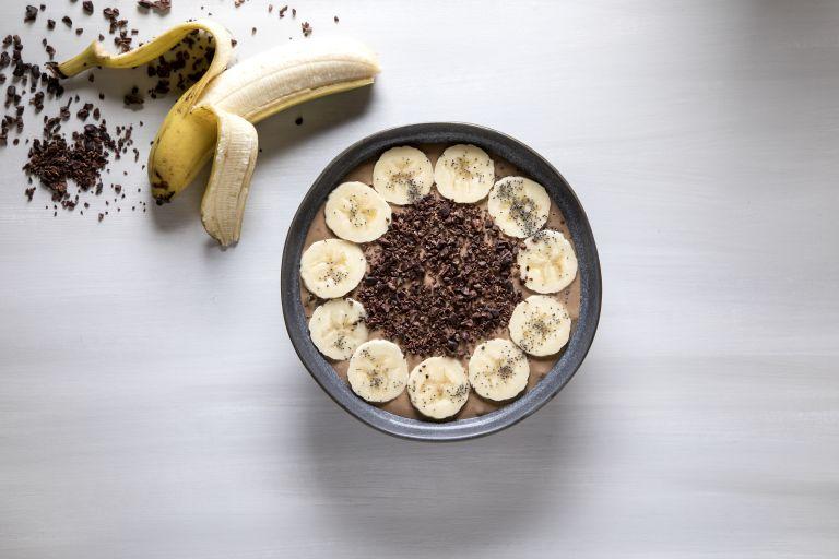 Smoothie bowl με μπανάνα σοκολάτα και ταχίνι   in.gr