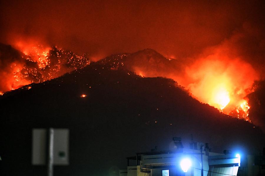 Σε ύφεση η φωτιά στο Λουτράκι: Επιφυλακή για τον φόβο αναζωπυρώσεων! (Βίντεο)