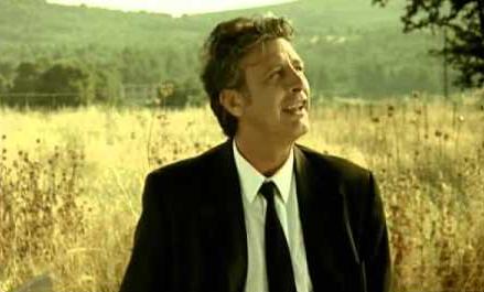 Ο Τάκης Σπυριδάκης απολαυστικός ως νεκροθάφτης στην ταινία «4 Μαύρα Κουστούμια» του Χαραλαμπίδη! (Βίντεο)