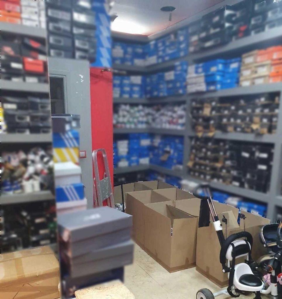 Χιλιάδες πλαστά νομίσματα και μεγάλες ποσότητες προϊόντων «μαϊμού» σε αποθήκη στην Αγ. Βαρβάρα | in.gr