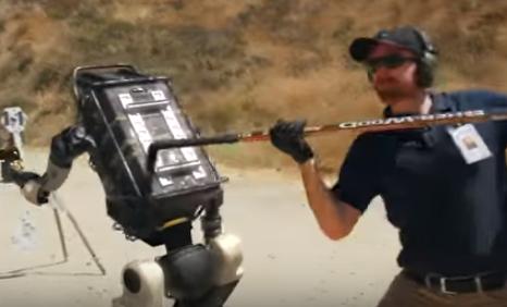 Στρατιωτικό ρομπότ επαναστατεί αρχίζοντας να… σημαδεύει ανθρώπους