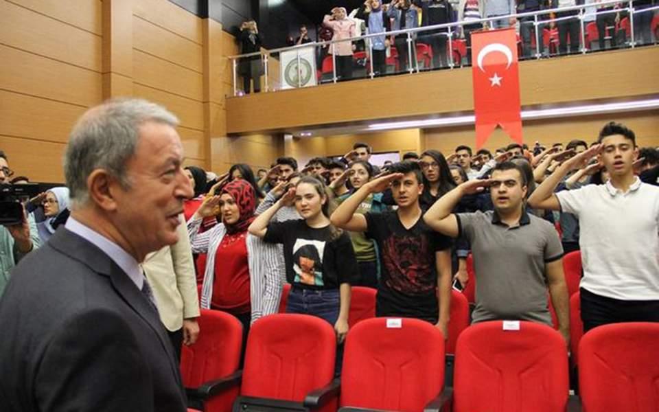 Τουρκία : Στρατιωτικός χαιρετισμός μαθητών στον Χουλουσί Ακάρ