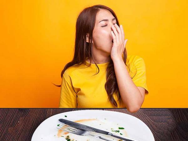 Γιατί μας πιάνει υπνηλία μετά το φαγητό