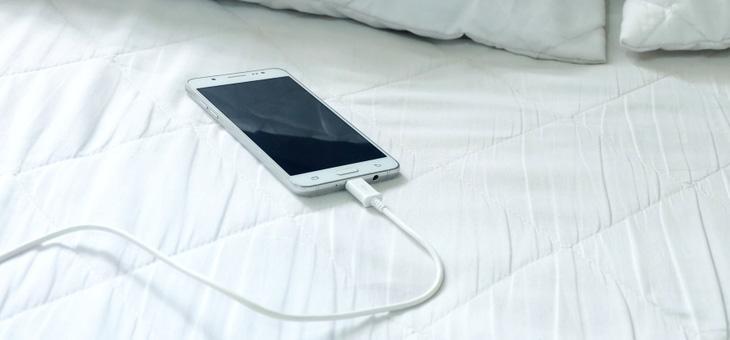 Κινητό τηλέφωνο : Οι τέσσερις λόγοι για να μην το φορτίζετε όταν κοιμάστε