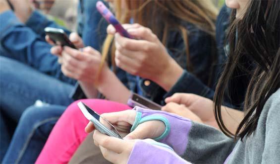 Η υπερβολική χρήση ηλεκτρονικών συσκευών βλάπτει την υγεία των εφήβων