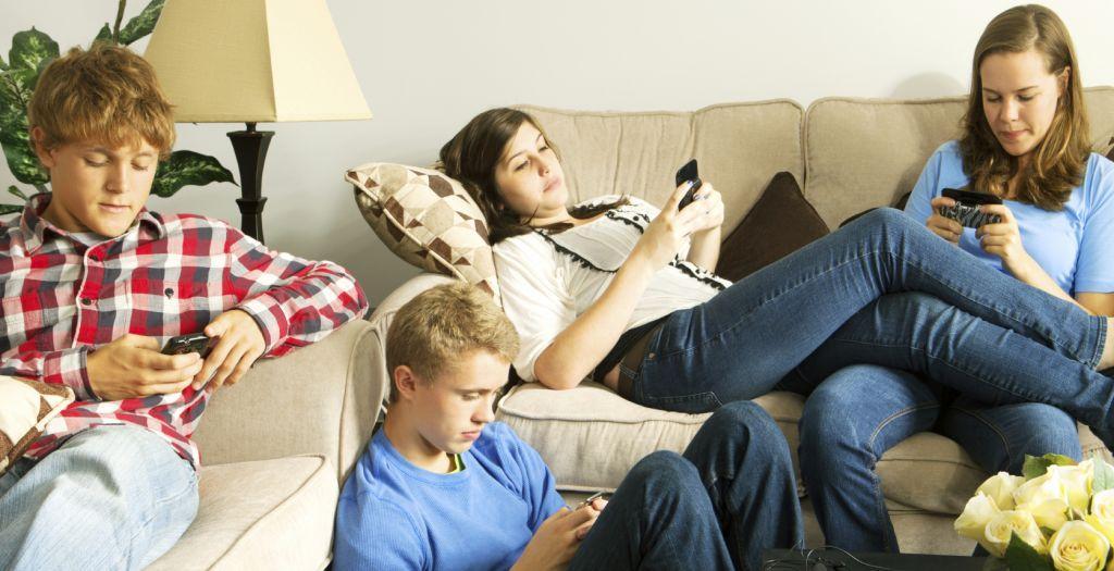 Social media : Η καθημερινή χρήση κάνει πιο εσωστρεφείς και αντικοινωνικούς τους εφήβους