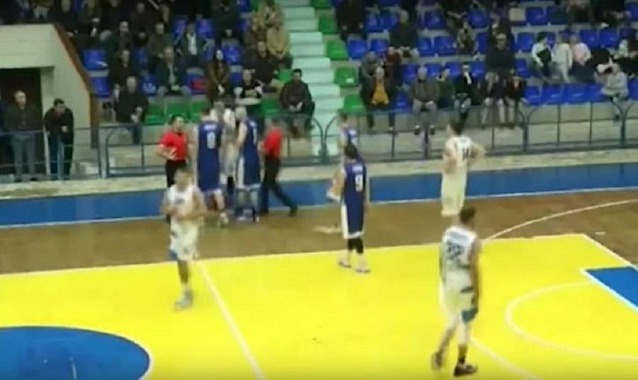 Απίστευτο βίντεο: Γρονθοκόπησε διαιτητή μέχρι να τον ξαπλώσει στο παρκέ