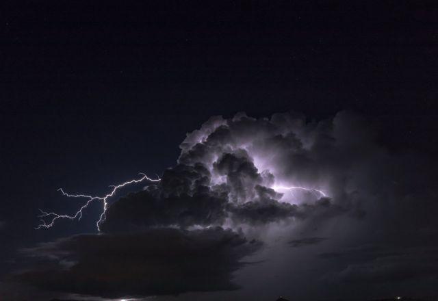 Καιρός : «Άνοιξαν οι ουρανοί» στην Ελλάδα – Περισσότεροι από 1.200 κεραυνοί