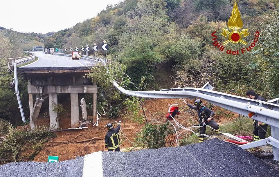 Ιταλία : Κατέρρευσε γέφυρα από την κακοκαιρία