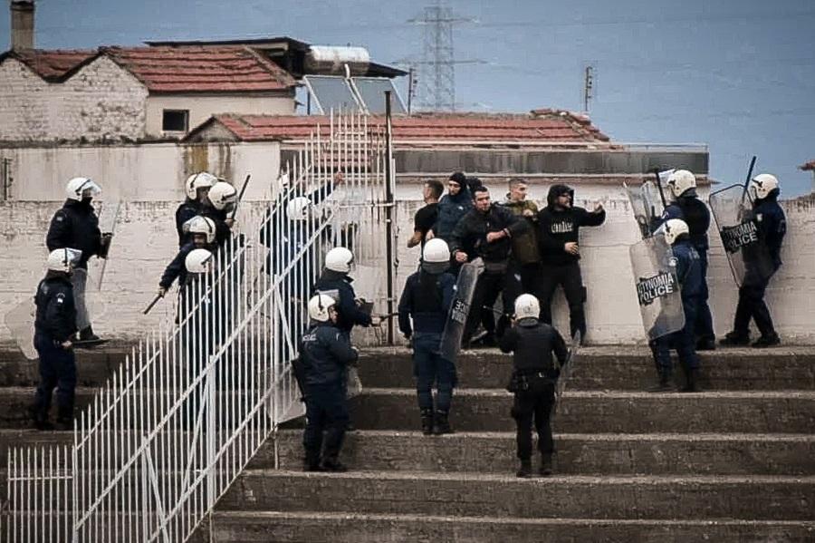 Τρίκαλα – Αιγάλεω: Σοβαρά επεισόδια μεταξύ οπαδών των φιλοξενούμενων και των ΜΑΤ (vid)
