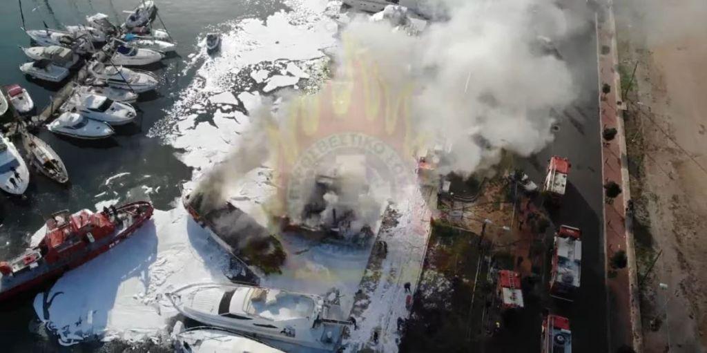 Εντυπωσιακές εικόνες από την κατάσβεση της πυρκαγιάς στη μαρίνα Γλυφάδας