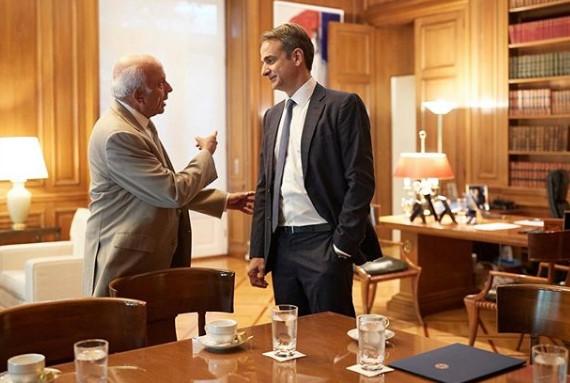 Αυτός ο έλληνας σχεδιαστής ντύνει τον πρωθυπουργό – Πρόβα στο Μαξίμου