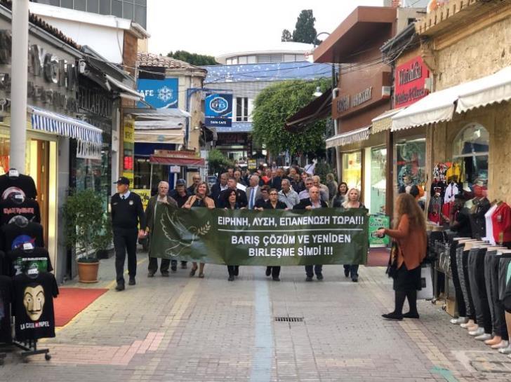 Ελληνοκύπριοι και Τουρκοκύπριοι διαδήλωσαν μαζί για λύση στο Κυπριακό