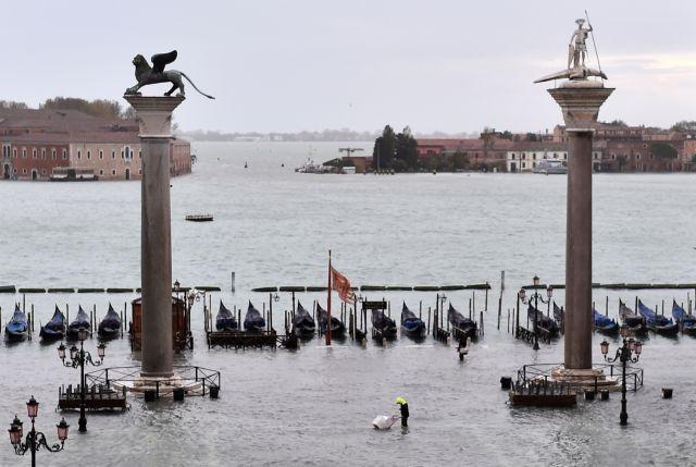 Εικόνες αποκάλυψης στη Βενετία – Έκλεισε η πλατεία του Αγ. Μάρκου μετά τη νέα πλημμύρα