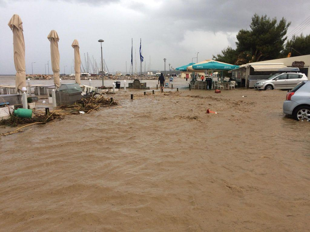 Ποτάμια οι δρόμοι στη Χαλκιδική – Απεγκλωβίστηκαν δύο γυναίκες από ΙΧ