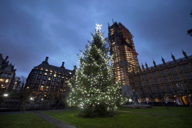 Σε χριστουγεννιάτικο κλίμα ο πλανήτης – Πώς στολίστηκαν διάφορες πόλεις