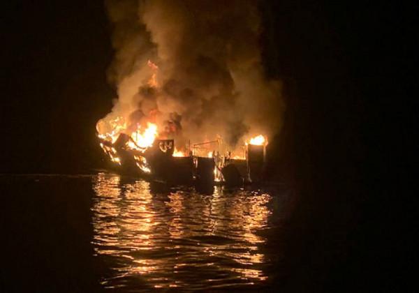 Συναγερμός : Μεγάλη πυρκαγιά σε σκάφος στη μαρίνα Αλίμου